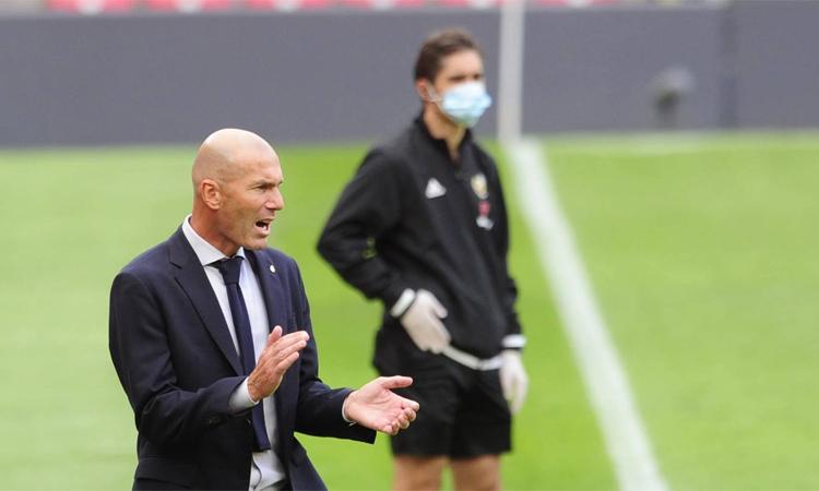 Zidane (trái) tức giận với tin đồn liên quan đến VAR. Ảnh: La Liga.