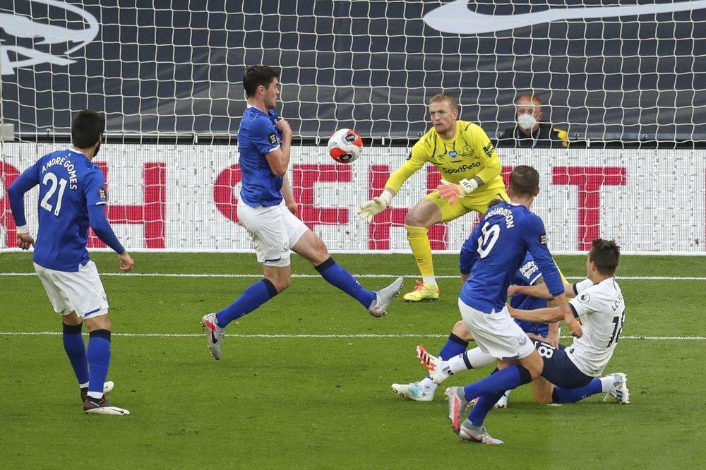 Keane (thứ hai từ trái sang) phản lưới nhà. Ảnh: AP.