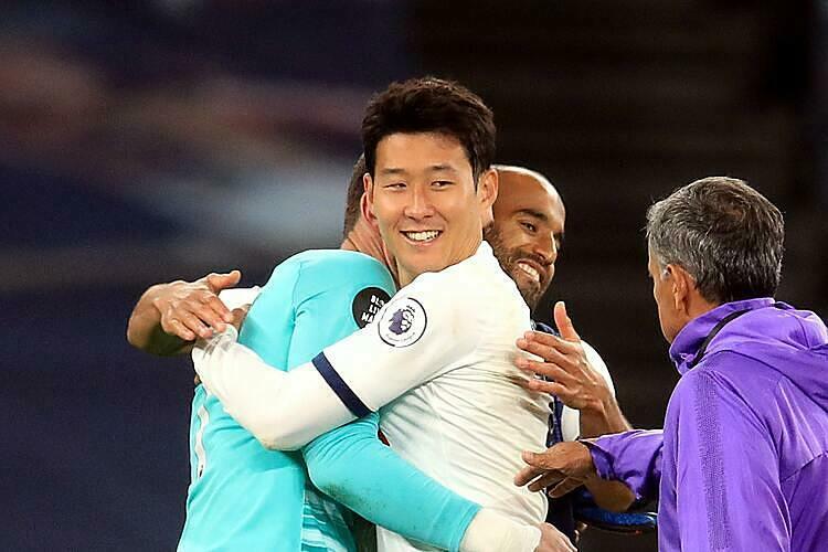 Lloris (trái) ôm Son sau khi trận đấu kết thúc. Ảnh: LMW.