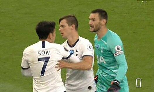 Lloris (phải) lao đến phản ứng với Son khi các cầu thủ đang đi vào đường hâm sau hiệp một. Ảnh chụp màn hình.