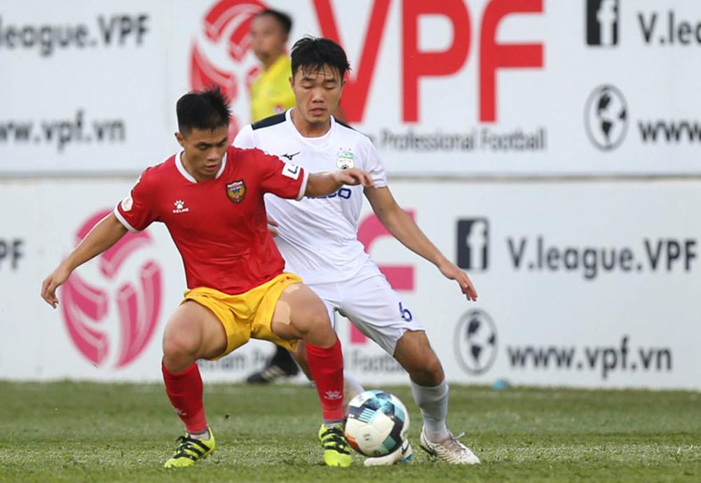 Xuân Trường tranh chấp với cầu thủ Hà Tĩnh trong trận thắng 1-0 trên sân Pleiku ngày 6/7. Ảnh: VPF
