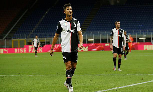 Ronaldo cùng đồng đội thất thểu rời sân sau trận thua ngược. Ảnh: Reuters.