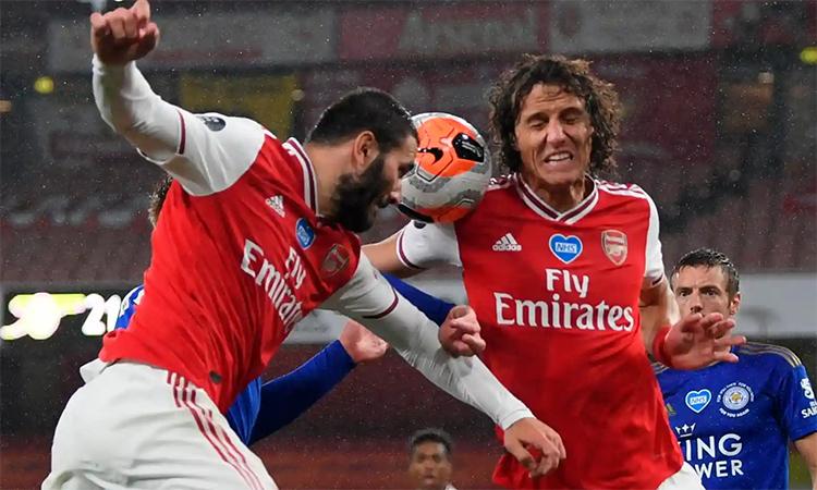 Hàng thủ gồng mình chống đỡ trong 15 phút cuối khi bị thiệt người, nhưng không giữ được lợi thế dẫn bàn cho Arsenal. Ảnh: Reuters.