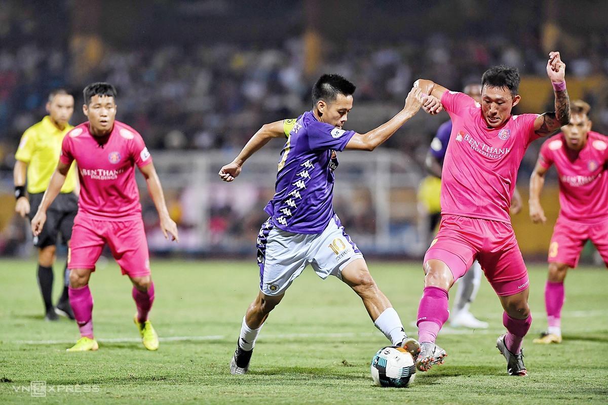Văn Quyết - thủ quân của CLB Hà Nội - tranh chấp bóng với các cầu thủ Sài Gòn FC trên sân Hàng Đẫy. Ảnh: Giang Huy.