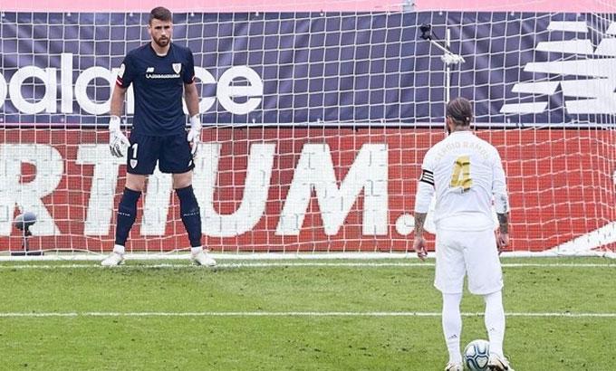 Ramos đối mặt với thủ môn trên chấm 11m. Ảnh: Marca.