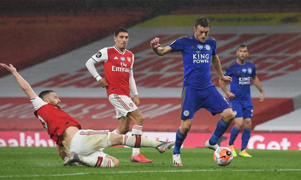 Vardy trong tình huống gỡ hòa 1-1 cho Leicester trước Arsenal hôm 7/7. Đây là bàn thứ 102 của anh tại Ngoại hạng Anh. Ảnh: Reuters.