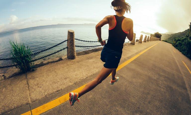 Trang phục chạy bộ nên gọn gàng, thấm hút tốt, đảm bảo sự thông thoáng cho cơ thể. Ảnh: thewiredrunner.