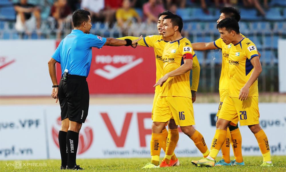 Trọng tài liên tục gây bất bình cho các đội ở V-League 2020. Ảnh: Đắc Thành.