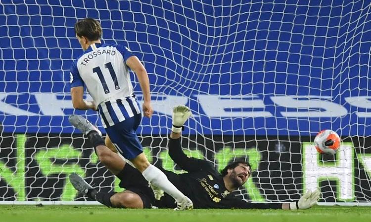 Trossard đánh bại Alisson, giúp Brighton rút ngắn tỷ số còn 1-2 ở cuối hiệp 1. Ảnh: Reuters.