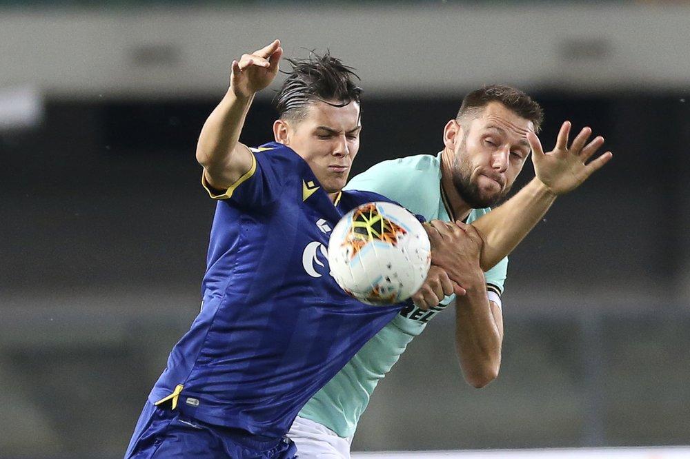De Vrij (phải) không thể giúp Inter bảo toàn chiến thắng. Ảnh: AP.