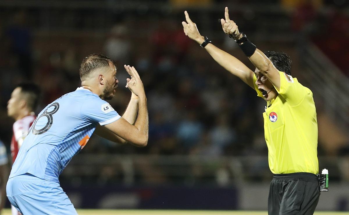 Cầu thủ Đà Nẵng phản ứng với quyết định của trọng tài trong trận đấu với Quảng Nam ở vòng 8 V-League 2020.