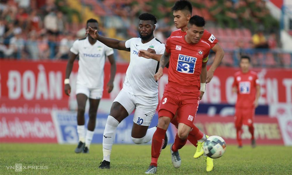 Phạm Mạnh Hùng (số 3, áo đỏ) được xem là một trong những cầu thủ đá rắn nhất V-League hiện tại. Ảnh: Lâm Thỏa.