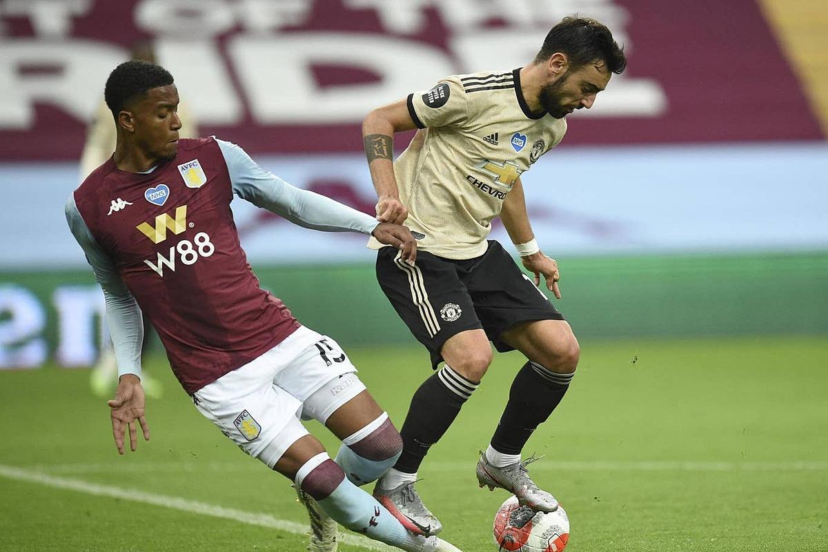 Tình huống Fernandes giẫm lên chân Konsa, nhưng Man Utd lại được hưởng phạt đền. Ảnh: PA.