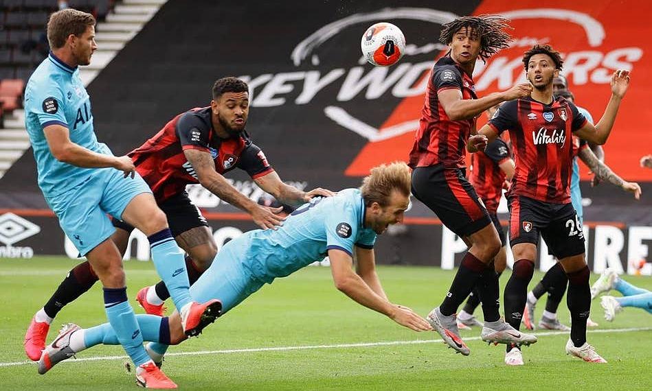 Kane bị đẩy ngã trong cấm địa. Ảnh: PA.