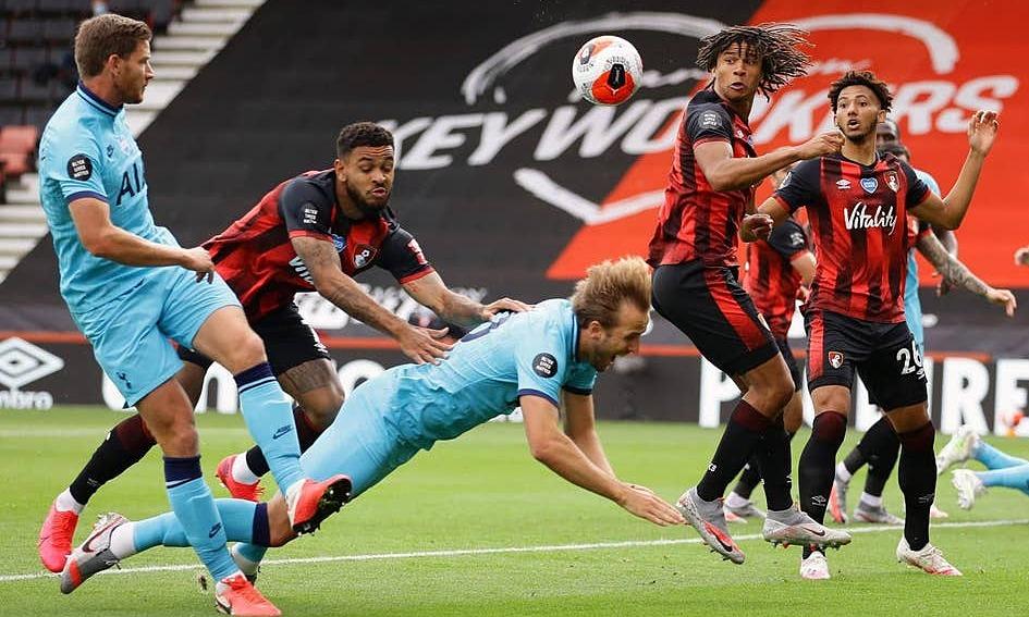Tình huống Kane bị đẩy sau. Ảnh: PA.