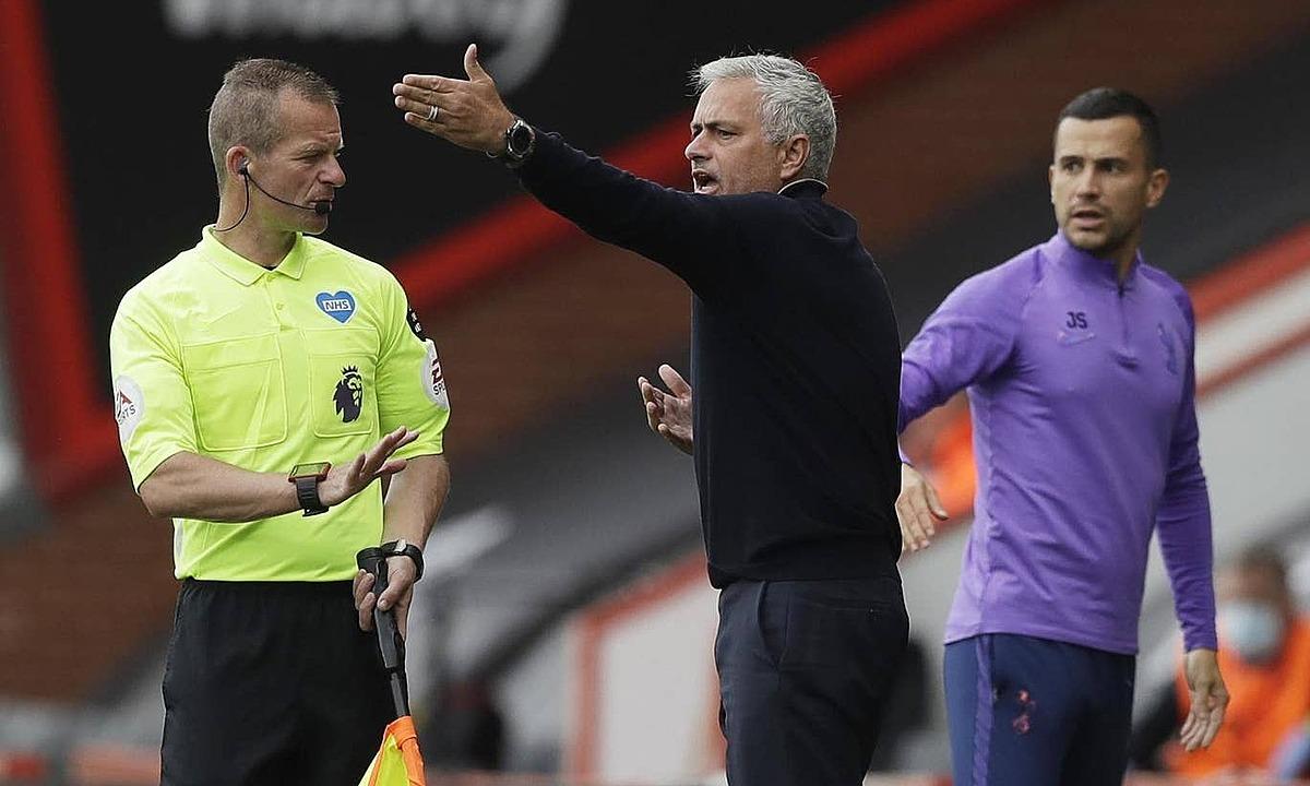 Mourinho phản ứng với trọng tài biên. Ảnh: Reuters.