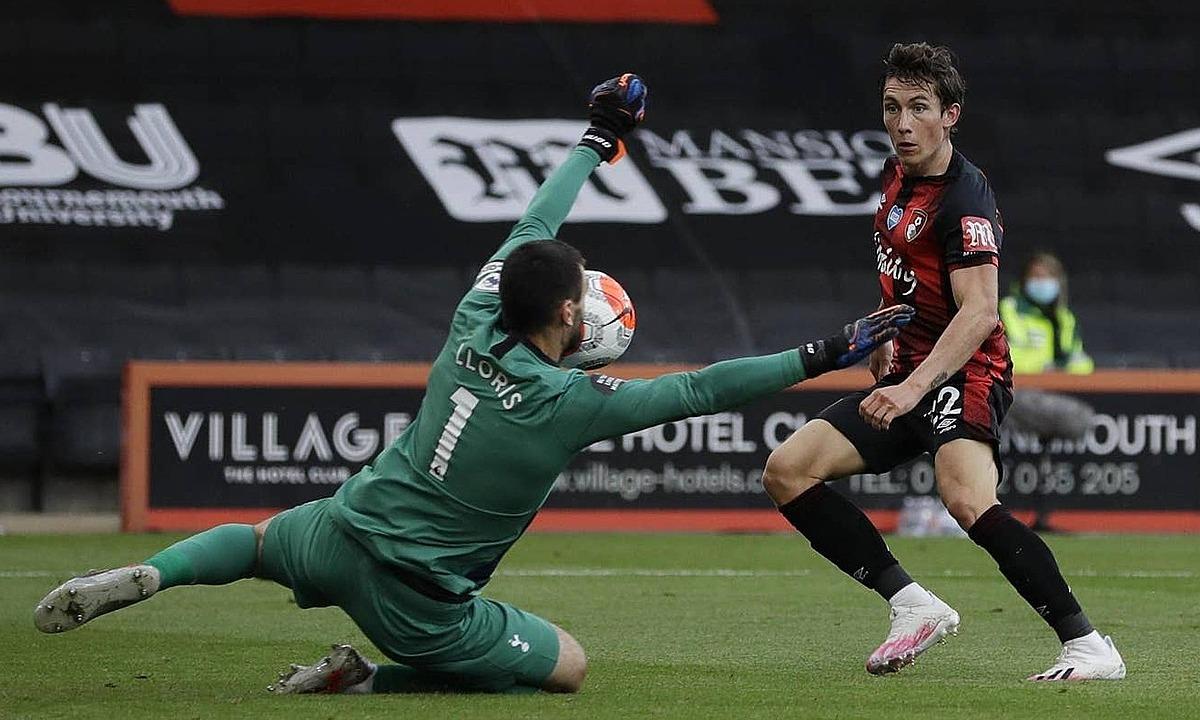 Hugo Lloris dùng mặt cứu thua, giành lấy một điểm cho Tottenham. Ảnh: Reuters.