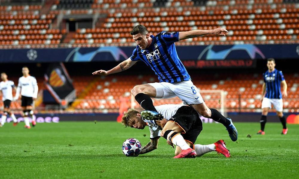 Cầu thủ chạy cánh trái Gosens (số 8) là một minh hoạ cho sự lợi hại và đa dạng trong các miếng đánh của Atalatan. Ảnh: AFP.