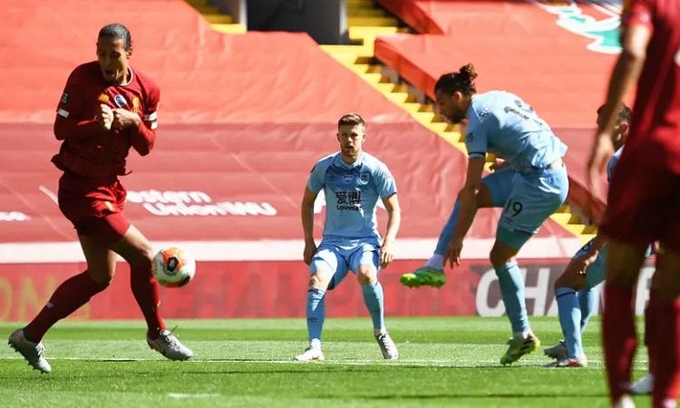 Rodriguez gỡ hòa cho Burnley, khiến Liverpool đánh rơi điểm tại Anfield. Ảnh: Reuters.