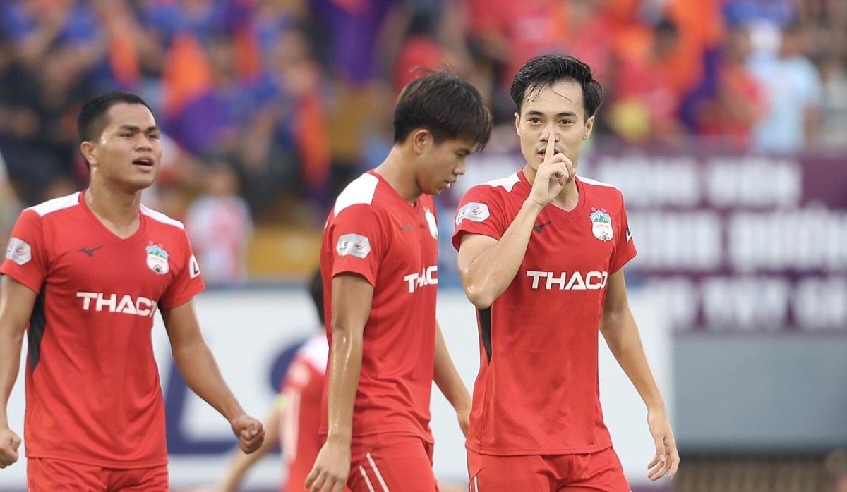 Văn Toàn chia vui với đồng đội sau khi ghi bàn mở tỷ số. Ảnh: Đức Đồng.