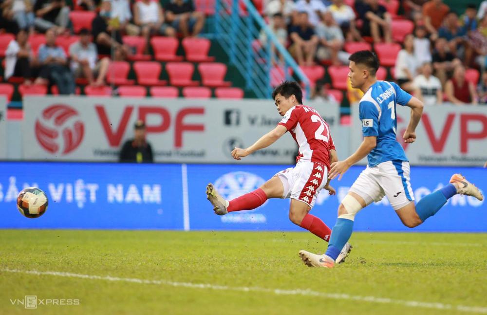 Công Phượng dứt điểm mở tỷ số ngay phút thứ năm trong trận đấu trên sân Cẩm Phả ngày 11/7. Ảnh: Lâm Thoả