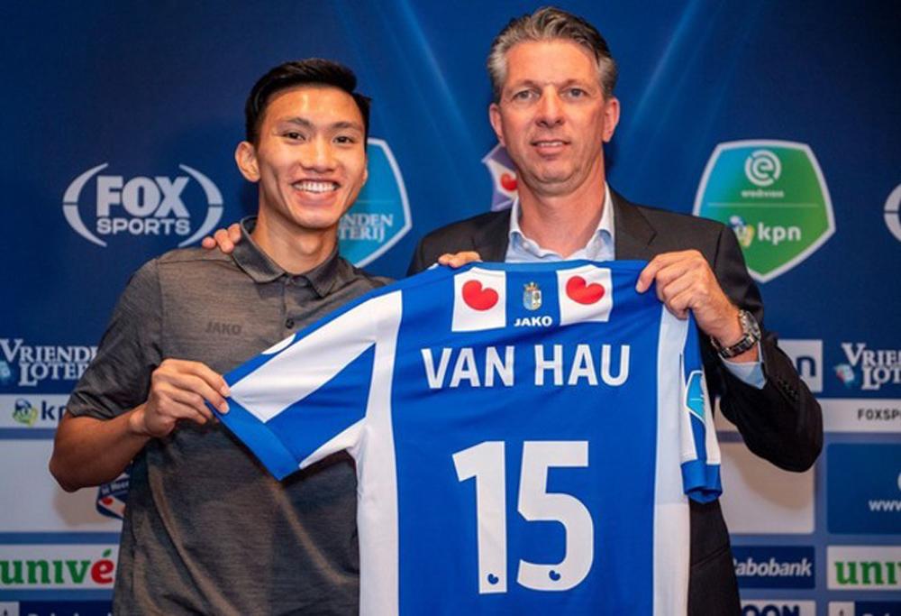 GĐKT Gerry Hamstra và Văn Hậu ngày ký hợp đồng năm 2019.