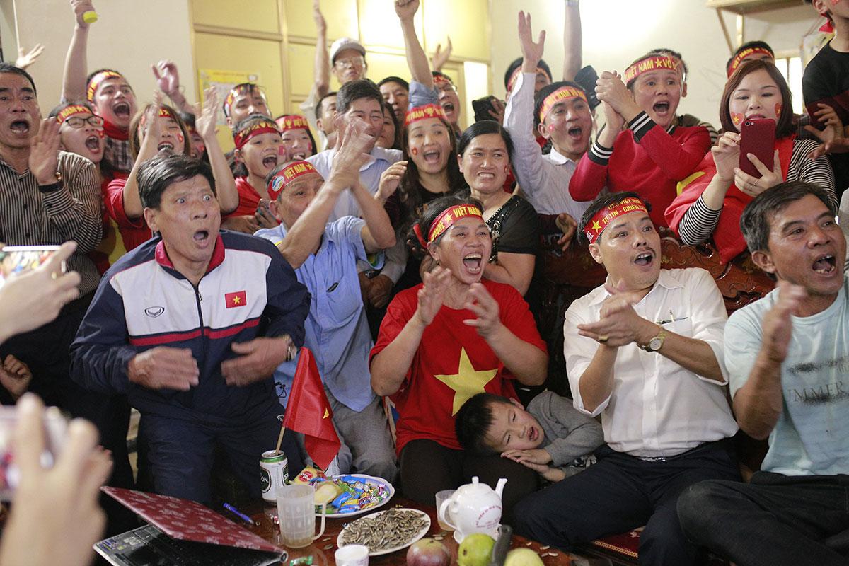 Người hâm mộ tập trung tại nhà trung vệ Bùi Tiến Dũng tại huyện Đức Thọ (Hà Tĩnh), cổ vũ U23 Việt Nam đấu U2 Uzbekistan tại chung kết U23 châu Á hồi tháng 1/2018. Ảnh: Đức Hùng