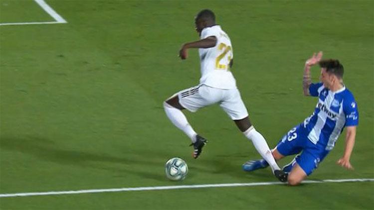 Hậu vệ Alaves cản Mendy trong vòng cấm.