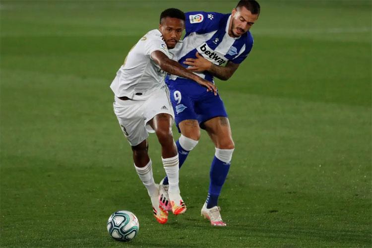 Alaves có không dưới bốn lần suýt ghi bàn vào lưới Real. Ảnh: Reuters.