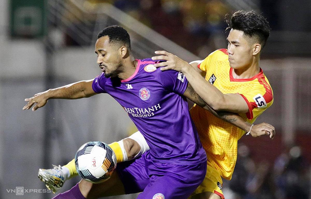 Thanh Hoá (áo vàng) hoàn toàn lép vế so với Sài Gòn FC. Ảnh: Đức Đồng.