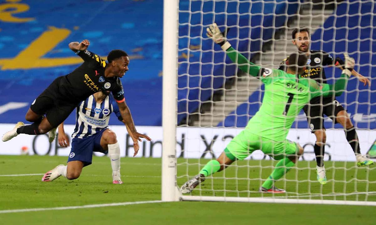 Sterling (trái) hoàn thành cú hat-trick bằng cú dứt điểm cận thành. Ảnh: MCFC.