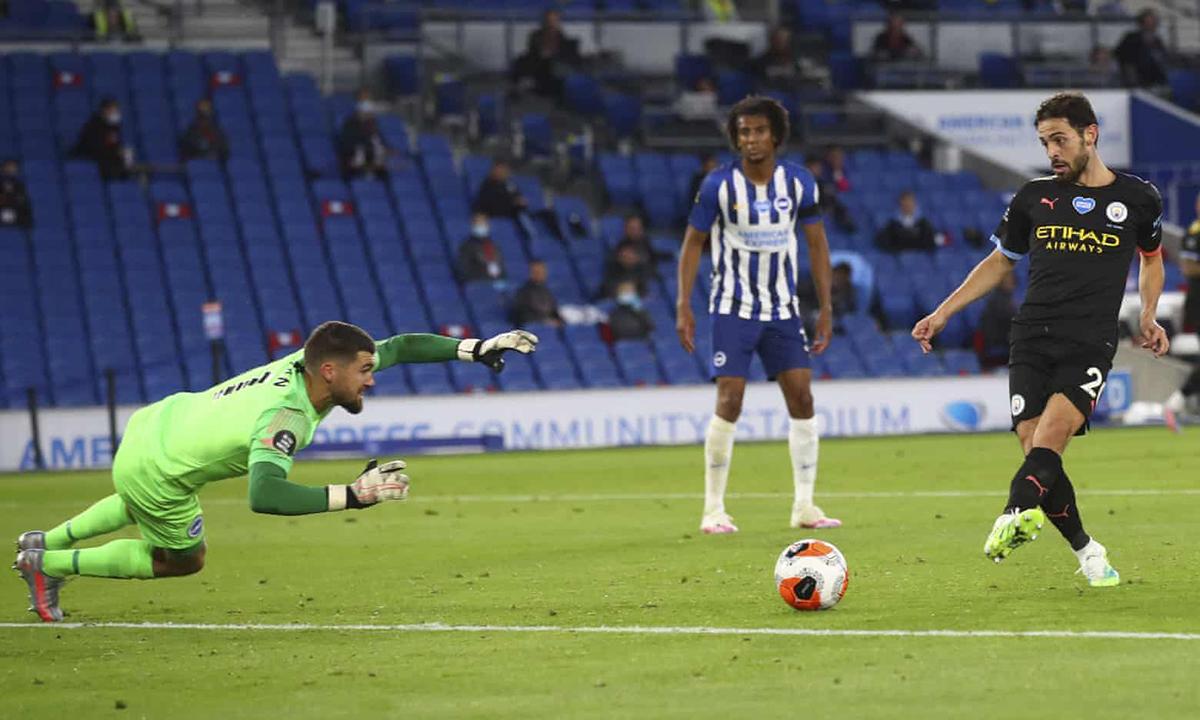 Bernardo Silva (phải) đệm bóng cận thành, nâng tỷ số lên 4-0. Ảnh: AP.
