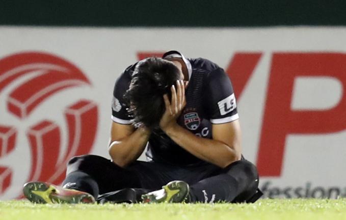 Văn Tiến ôm mặt khóc khi trận đấu kết thúc. Ảnh: Đức Đồng.