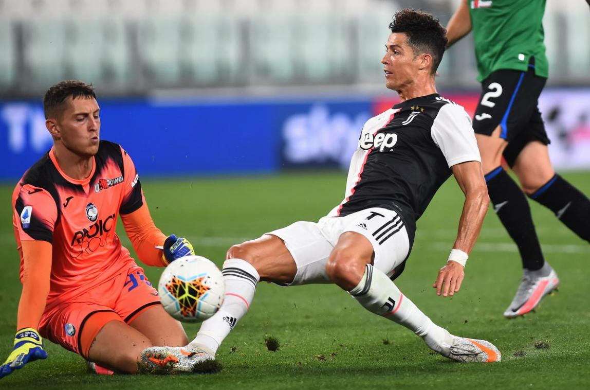 Ronaldo tranh chấp với thủ môn Goddini của Atalanta trong trận hoà 2-2 hôm 11/7. Ảnh: Reuters.