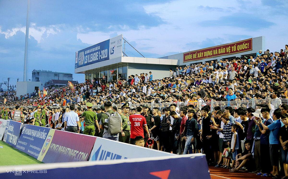 Hàng nghìn CĐV tràn vào, khiến sân Hà Tĩnh bị vỡ ở trận đấu với Hà Nội. Ảnh: Đức Hùng.