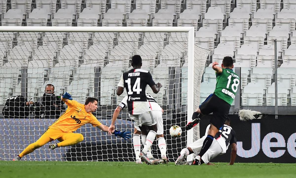 Hàng thủ Juventus có thêm một trận cầu tồi tệ. Trong ảnh là tình huống Malinovskyi sút tung lưới Szczesny, nâng tỷ số lên 2-1 cho Atalanta. Ảnh: Reuters.