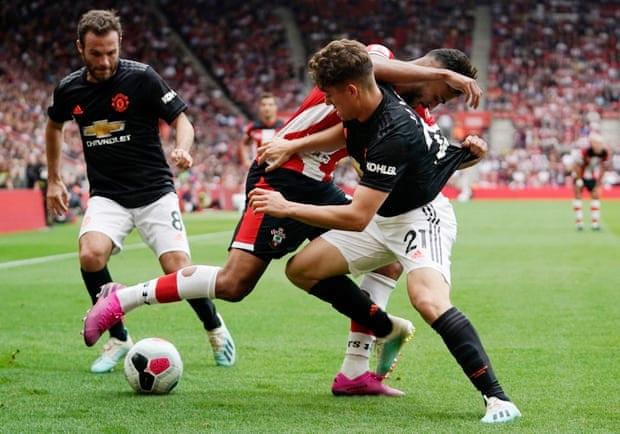 Daniel James (phải) mở tỷ số ở trận gặp Southampton hồi đầu mùa, trên sân St Marys. Ảnh: EPA.