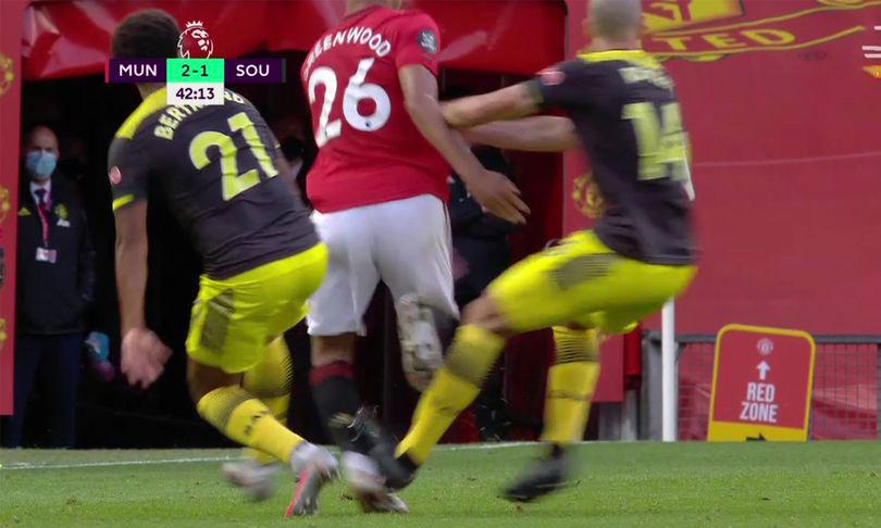 Greenwood (áo đỏ) bị Oriol Romeu giẫm vào chân.