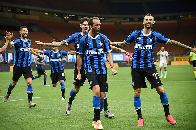 Godin (giữa) mừng bàn đầu tiên ở Serie A cho Inter. Ảnh: Reuters.
