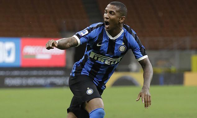 Ashley Young góp công trong cả hai bàn đầu tiên của Inter. Ảnh: AP.