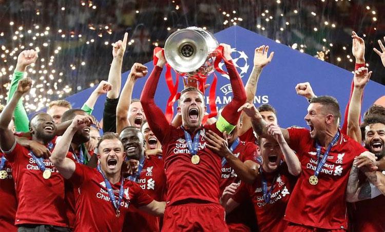 Năm ngoái, Henderson nâng Champions League cùng Liverpool. Ảnh: Reuters.
