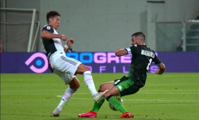 Ronaldo vào bóng đối với Magnanelli.