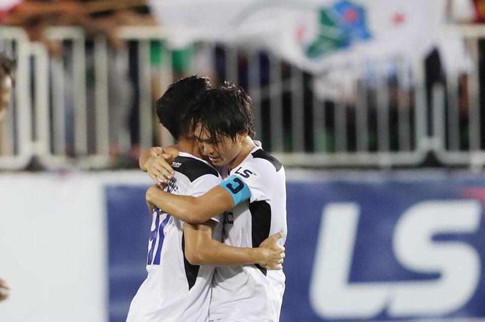 Đội trưởng Tuấn Anh (phải) mừng chiến thắng cùng đồng đội. Ảnh: Đức Đồng.
