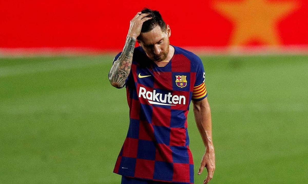 Messi cúi đầu rời Camp Nou. Ảnh: Reuters.