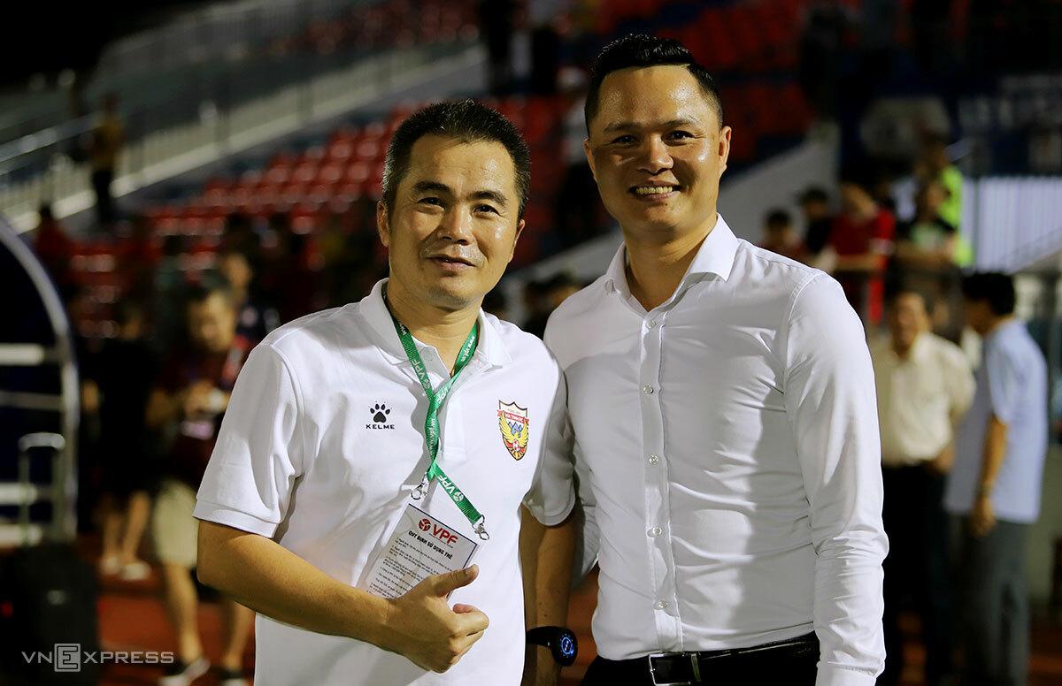 HLV Phạm Minh Đức cùng Chủ tịch CLB Hồng Lĩnh Hà Tĩnh vui mừng sau thắng lợi của đội nhà. Ảnh: Đức Hùng