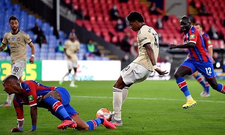 Rashford mở tỷ số cho Man Utd trong thời gian bù giờ của hiệp 1. Ảnh: PA.