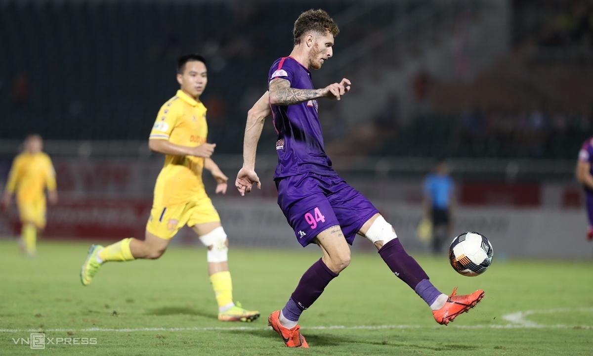 Geovane (phải) chơi ngày càng hay trong màu áo Sài Gòn. Anh góp một bàn và một kiến tạo tối 18/7. Ảnh: Đức Đồng.
