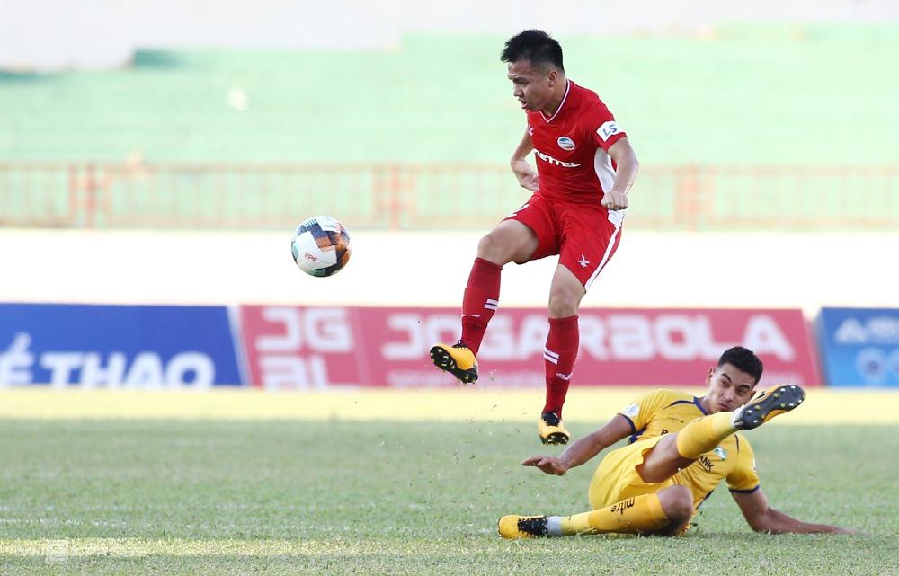 Hồ Khắc Ngọc gieo sầu cho đội bóng cũ SLNA, in dấu giầy trong cả hai bàn thắng của Viette. Ảnh: Xuân Thuỷ