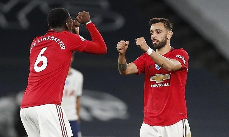 Pogba (trái) và Fernandes chơi ngày càng ăn ý. Ảnh: Reuters.