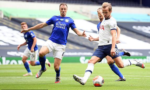 Cú đúp trong vòng ba phút của Kane giúp Tottenham sớm định đoạt trận đấu trong hiệp một. Ảnh: AFP.